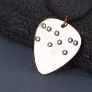 Egy régi álmom teljesült – Braille ABC segítségével az első vakoknak szóló ékszer